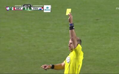 Tarjeta amarilla. El árbitro amonesta a Armando Enrique Cooper Whitaker...