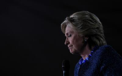 Clinton dijo que no se ha comunicado con el el director del FBI James B....
