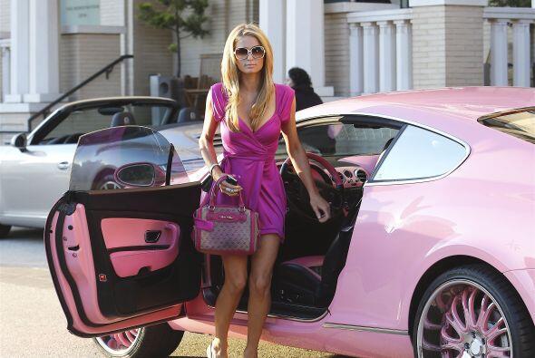 La guapa heredera se paseó en su lujoso Bentley color rosa y comb...