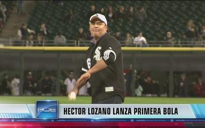 Héctor Lozano lanzando la primera bola en el juego de los White Sox