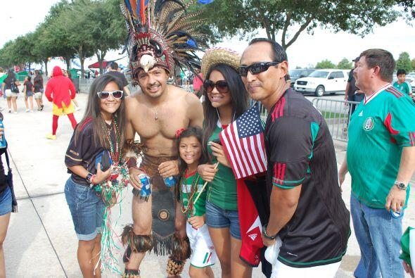 Huy, nos encontramos a un danzante azteca siendo la sensación entre la g...