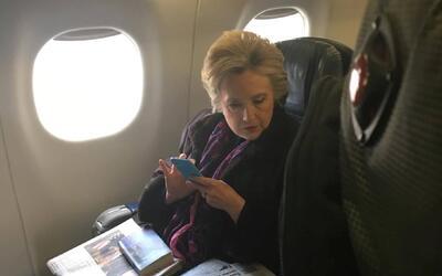 Hillary Clinton lee la noticia sobre el uso de correos privados de Mike...