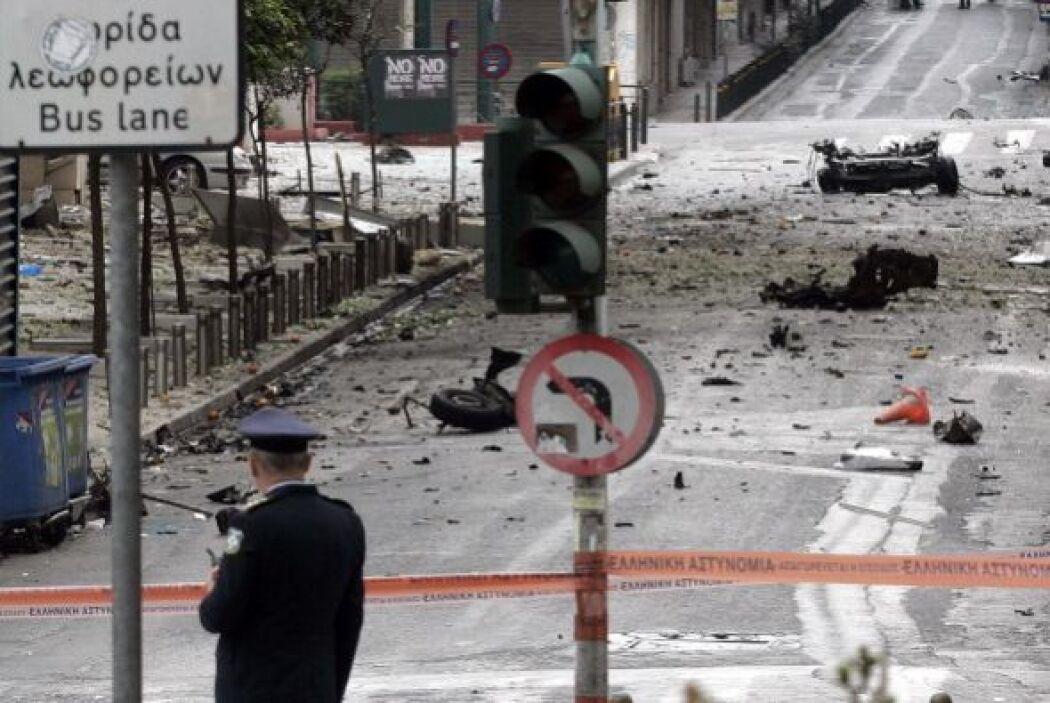 Un coche bomba explotó este jueves ante las puertas del Banco de Grecia,...