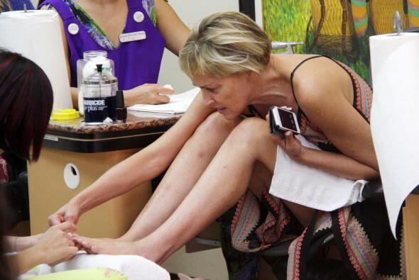 Sharon se aseguró que sus pies estuvieran quedando bellos y perfectos.