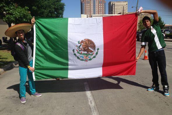 Durante todo el desfile se vieron ondear muchas banderas mexicanas, aunq...