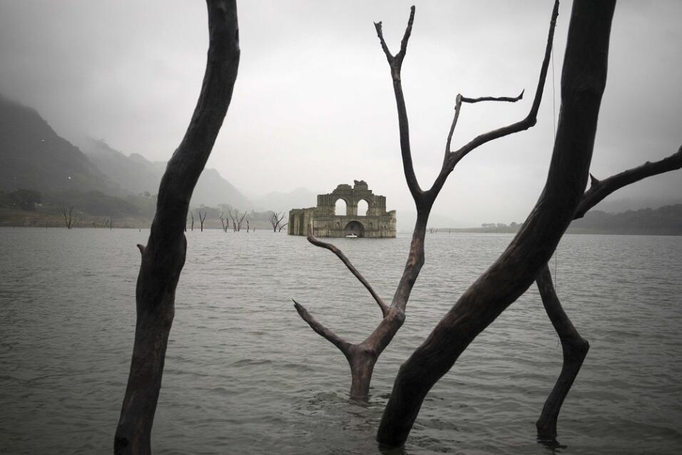 México: Templo emerge en presa por sequía