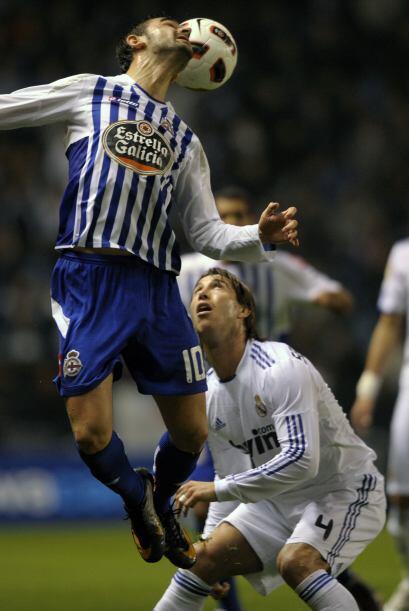 La defensa del Deportivo  se empleó a fondo para evitar el gol.