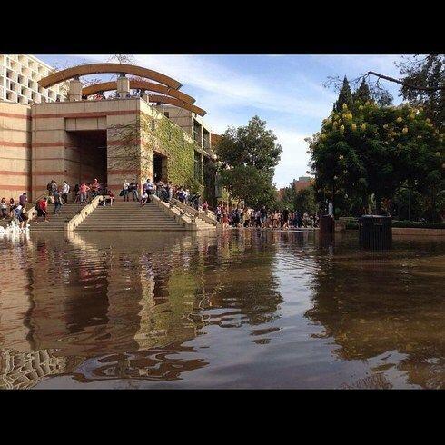 El campo de UCLA quedó literalmente bajo agua, y los Bruins se encargaro...