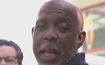 Hombre salió libre después de pasar 32 años en prisión por un crimen que...