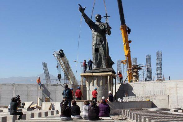 Obreros instalan una estatua de Juan Pablo II en Puente Alto, Santiago,...