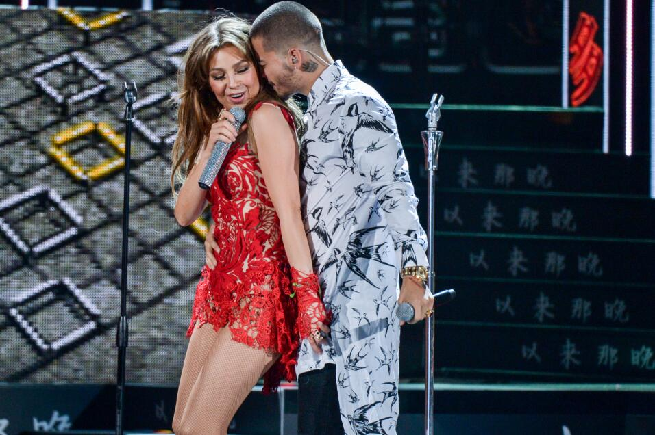 Muy sexys y pegaditos Maluma y Thalia interpretaron el sencillo 'Desde e...