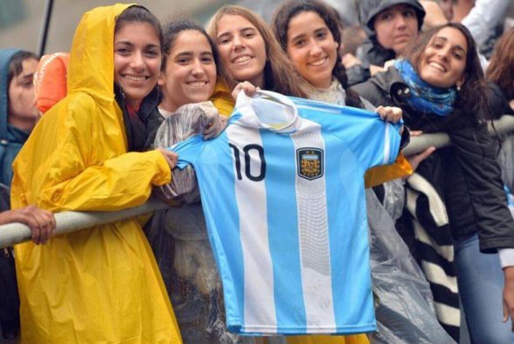 Fieles argentinos muestran una camiseta de la selección de su país al pa...