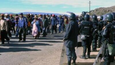 Un hombre murió, ocho resultaron heridos y un policía fue retenido duran...