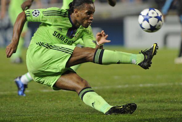 Didier Drogba, ex jugador del cuadro galo, intentó lograr el gol...