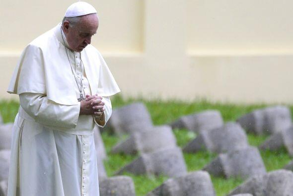 El papa Francisco rezó este sábado en solitario frente al monumento cent...