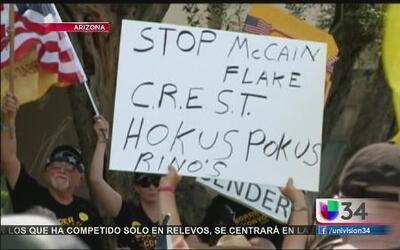 Inmigrantes protestan en oficina de McCain y preparan documental sobre d...