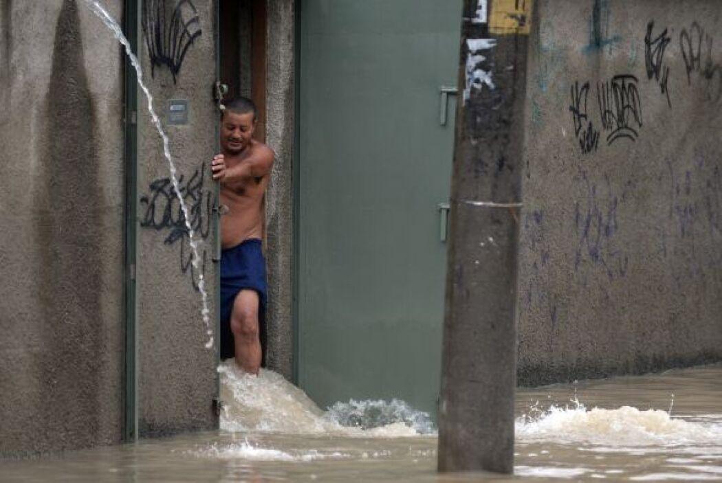 Se registraron barrios prácticamente bajo el agua, el tránsito interrump...