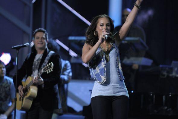Alejandro Sanz y Alicia Keys interpretaron el tema 'Looking For Paradise'.