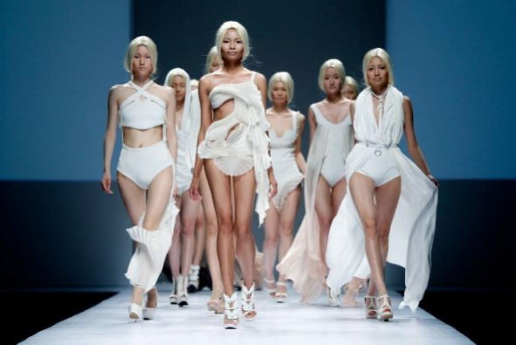 Modelos caminan por la pasarela con diseños de los estudiantes graduados...