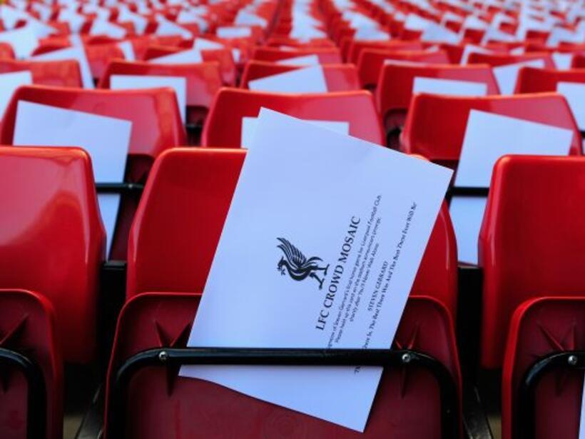 Las butacas del estadio Anfield estaban preparadas para formar un mosaic...