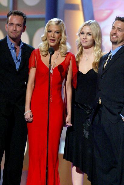 Luke Perry, Tori Spelling, Jennie Garth y Jason Priestley durante un hom...