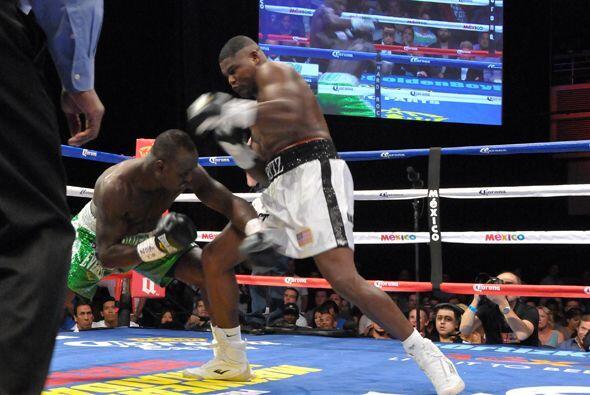 Luis Ortiz se vio muy superior al hasta entonces invicto Lateef Kayode,...