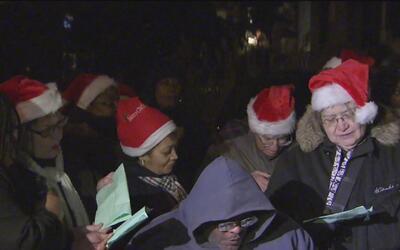 Al menos 30 personas sin hogar protestaron frente a la casa del alcalde...