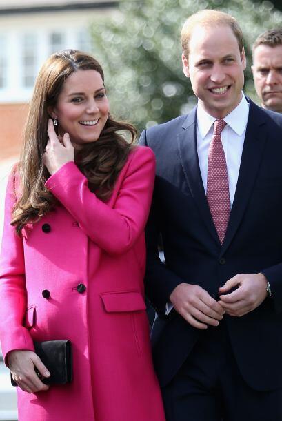 Portó un alegre abrigo rosa de Mulberry.