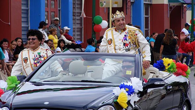 El Rey Feo de San Antonio se pasea por la avenida Guadalupe y saluda com...