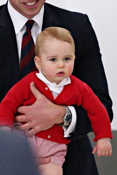Al final la familia real abordó su avión para seguir con su agenda.Más v...