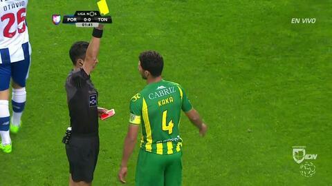 Tarjeta amarilla. El árbitro amonesta a Claudiano Bezerra da Silva de To...