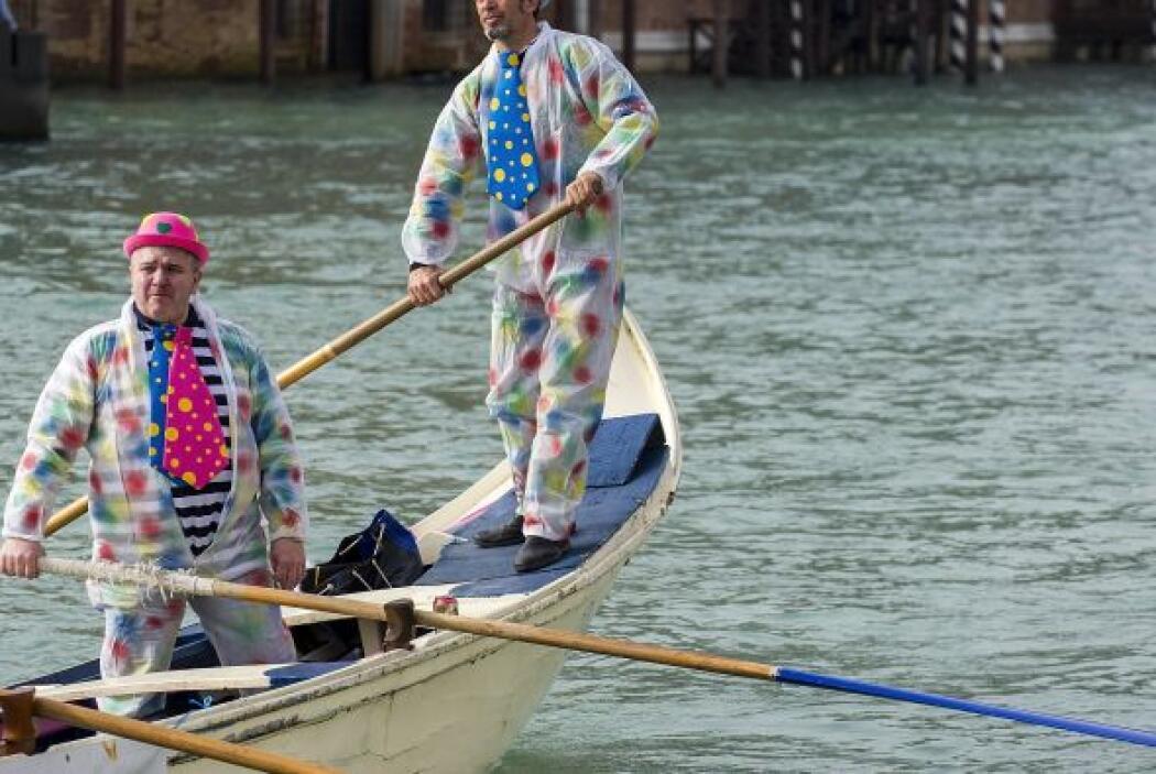 Gondoleros y pasajeros disfrazados desfilan en la tradicional regata del...