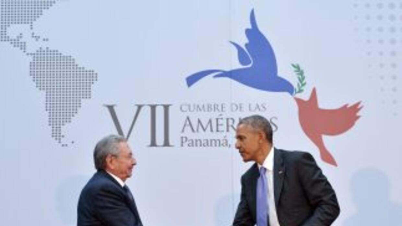 El encuentro y saludo entre el líder cubano Raúl Castro y el presidente...