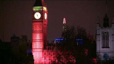 El Big Ben ilumina su torre de rojo en solidaridad con las vítimas del a...