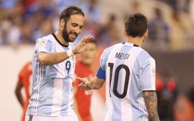 Gonzalo Higuaín y Lionel Messi con la selección argentina