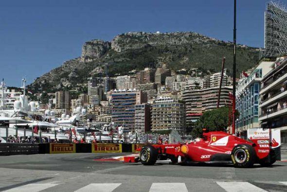 Fernando Alonso, en su Ferrari, se mantuvo entre los primeros tres puest...