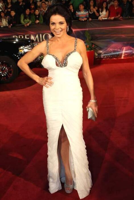 Un excelente ejemplo de cómo NO llevar un vestido blanco escotado.
