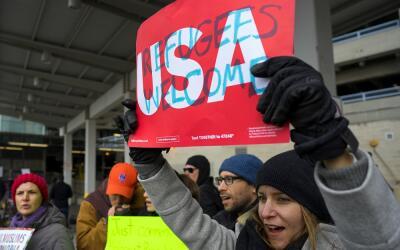 Manifestantes en el aeropuerto JFK de Nueva York contra la orden ejecuti...
