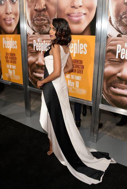 Y al darse la vuelta parece que está con un vestido completamente...