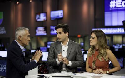 El periodista de Univision Jorge Ramos apareció en el set del Not...