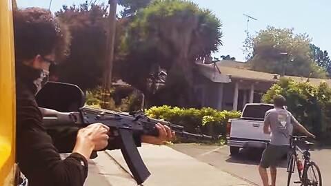 Instante en el que el 'youtuber' simula disparar a una persona en la calle