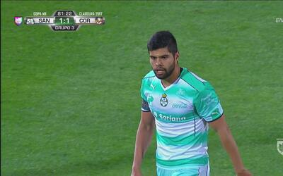 Néstor Araujo, poderoso, imponente, de cabeza hizo el 1-1