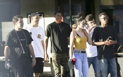 Kendall sale a comer con todo un séquito de hombres.