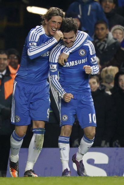 El español festejó junto a Torres. El 2-0 hacía sen...