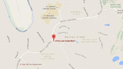 Camión choca contra una casa en Barton Creek