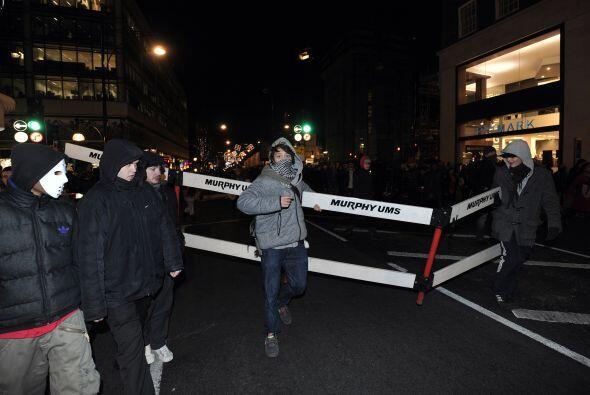 Los medios locales afirmaron que los manifestantes interceptaron el Roll...