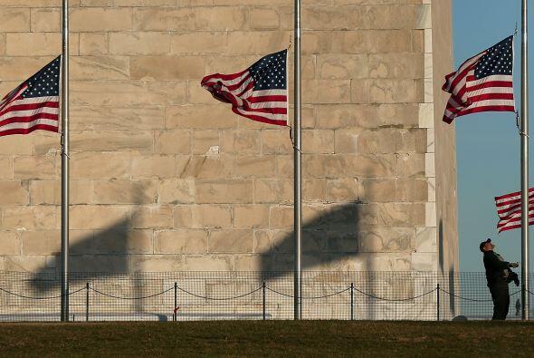Obama también ordenó que las banderas de la Casa Blanca, edificios ofici...