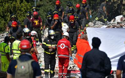 Los equipos de salvamento no han detenido operaciones, a pesar de las r&...
