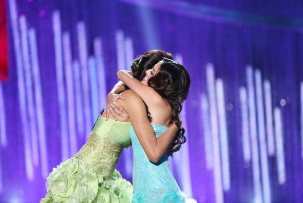 La mexicana se consoló en los brazos de Marisela.