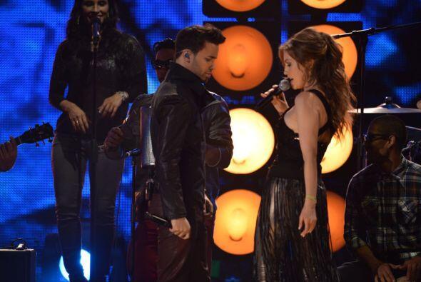 Thalía estaba feliz con este guapo y él disfrutó la atención de la bella...